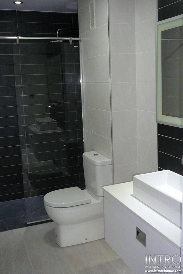 Ba o blanco piso gris for Banos pintados en gris