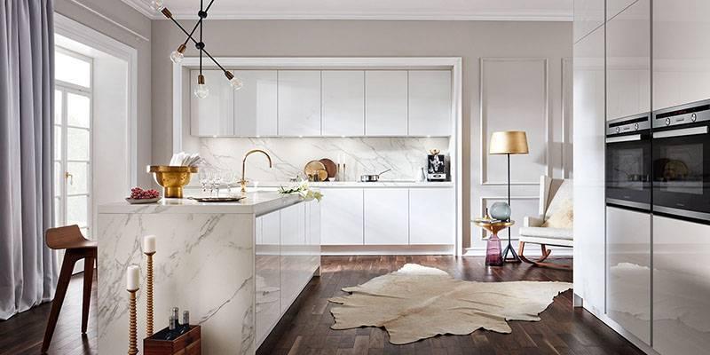 Ejemplo de cocina blanca con encimera veteada
